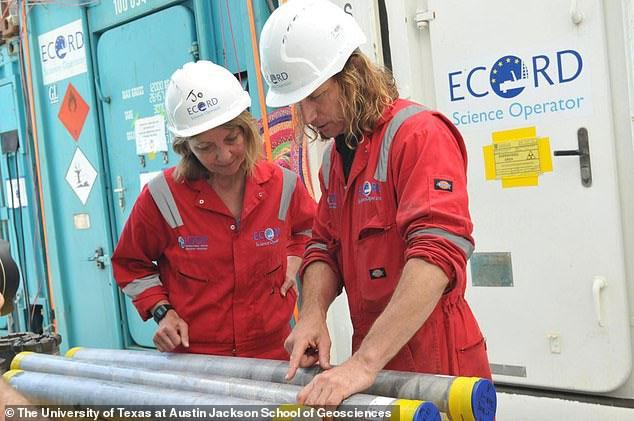 Các nhà khoa học đang làm việc với các ống mẫu vật lấy lên từ đáy hố va chạm