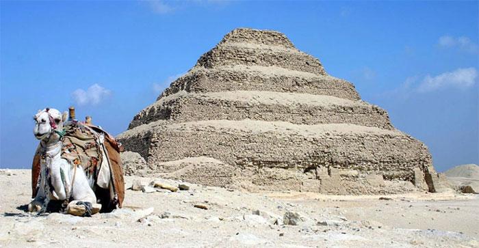Bên trong mê cung, người ta tìm thấy một ngôi mộ khổng lồ.