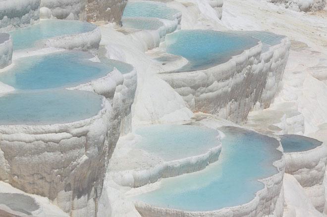 Một mỏ quặng canxi, vật liệu phổ biến, an toàn và rẻ hơn lithium.
