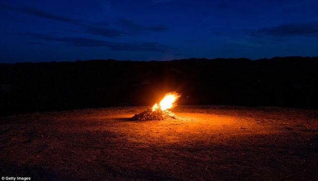 Ngọn lửa cháy giữa đêm đen, mang tới nhiều trải nghiệm lạ.
