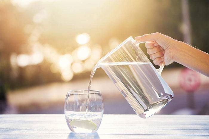 Uống nước khi thức dậy vào buổi sáng sẽ giúp cải thiện sức khỏe của bạn rất nhiều.