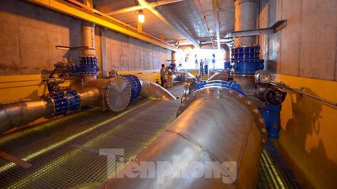 Hệ thống đường ống khổng lồ bên trong trạm bơm của nhà máy.