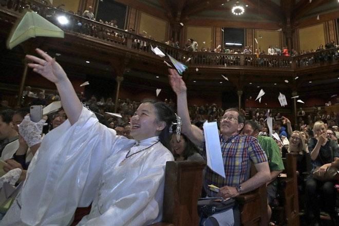 Khán giả ném máy bay giấy lên sân khấu