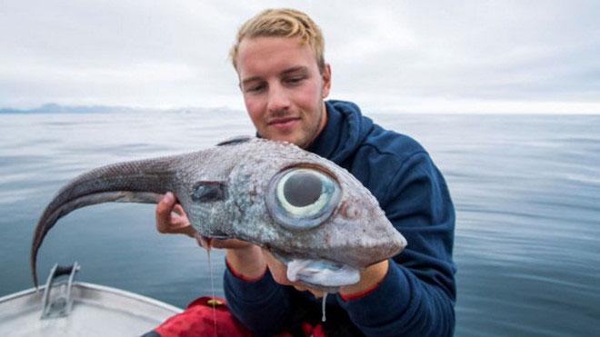 Oscar Lundahl và con cá với cặp mắt to bất thường vừa câu được.