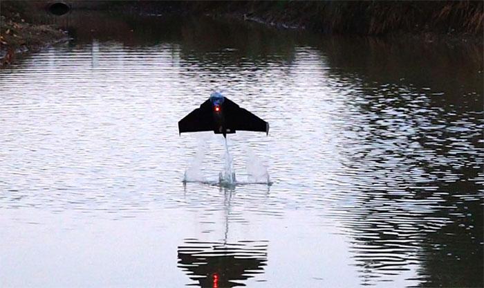 """Robot """"cá bay"""" cỡ nhỏ có thể sử dụng nước để tạo ra khí và tự phóng lên từ mặt nước."""