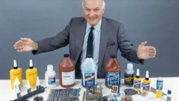 Harry Coover và các sản phẩm của mình.