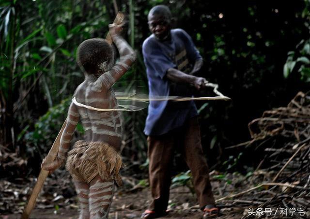 """Kiểu """"đánh đòn"""" này là một phần trong nghi lễ trưởng thành của những bé trai."""