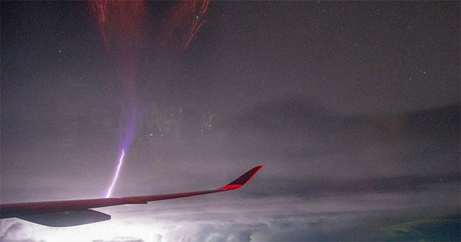 Sét gigantic jet sáng rực phía trước cánh máy bay.