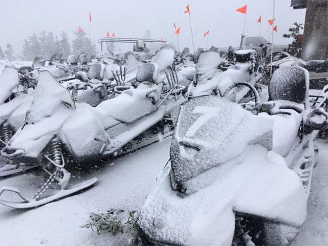 """Các khu nghỉ dưỡng trượt tuyết quanh hồ Tahoe đăng ảnh """"tuyết rơi mùa hè""""."""