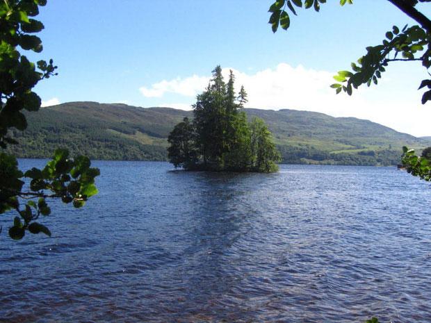 Hồ Loch Ness có diện tích rơi vào tầm 56,4 km2, sâu tối đa 230m