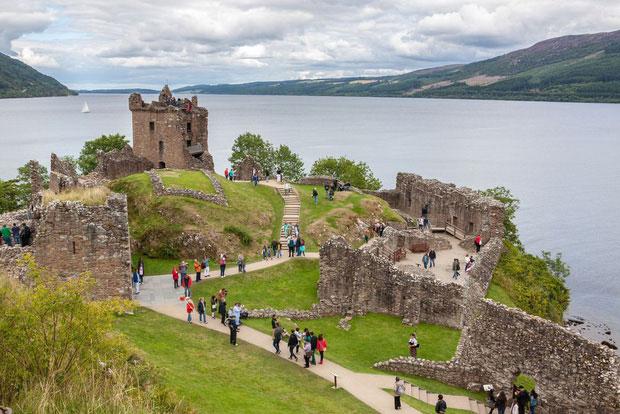 Trên bờ Loch Ness cũng có tàn tích tuyệt đẹp của lâu đài Urquhart.