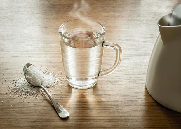 Sử dụng nước muối súc miệng