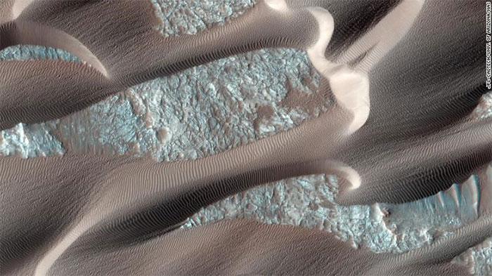Sao Hỏa không phải là một hành tinh phẳng phiu và cằn cỗi.