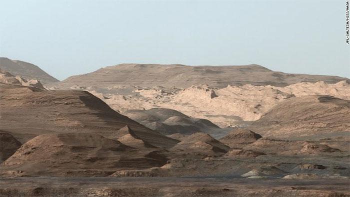 Đỉnh Sharp, một rặng núi giàu hematite trên sao Hỏa, trong ảnh chụp ngày 09/9/2015 bởi Curiosity.