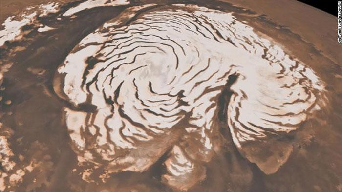 Bức ảnh ghi lại khu vực cực Bắc sao Hỏa được chụp kết hợp từ hai vệ tinh của NASA.