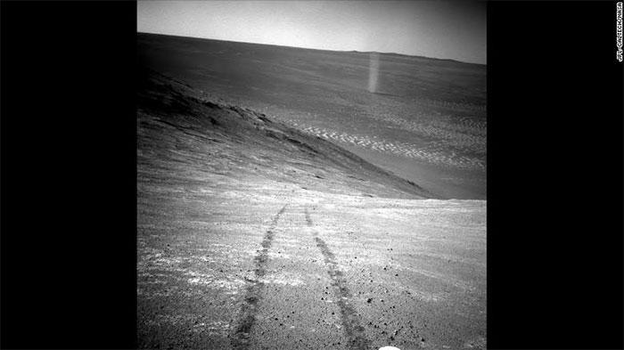 Một lốc xoáy đối lưu bụi quét qua khu vực thung lũng dưới dãy Knudsen trên sao Hỏa.