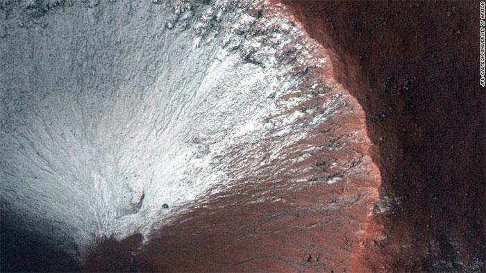 Một miệng núi lửa nhỏ rộng chừng 1km ở bán cầu Nam sao Hỏa.