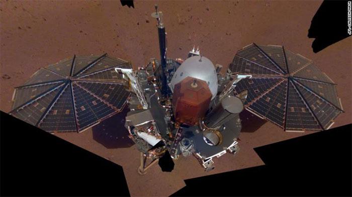 """Bức ảnh """"selfie"""" của vệ tinh InSight của NASA trên sao Hỏa."""