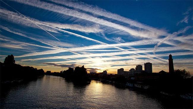 rong ảnh là những vệt máy bay trên bầu trời phía tây London, Anh.