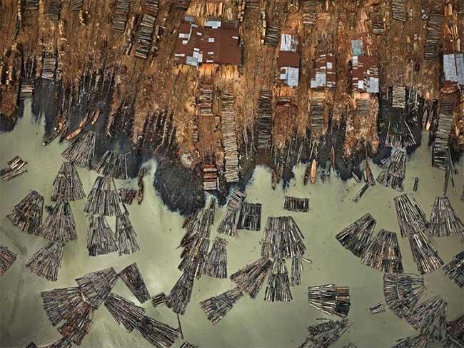 Những khúc gỗ đang được vận chuyển tới một nhà máy cưa ở khu vực Makoko của Lagos, Nigeria.