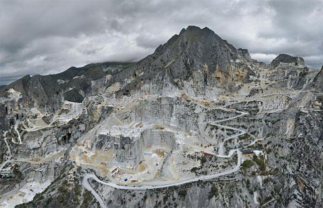 Mỏ khai thác cẩm thạch Carbonera ở Carrara, Italy làm biến dạng cả một ngọn núi.