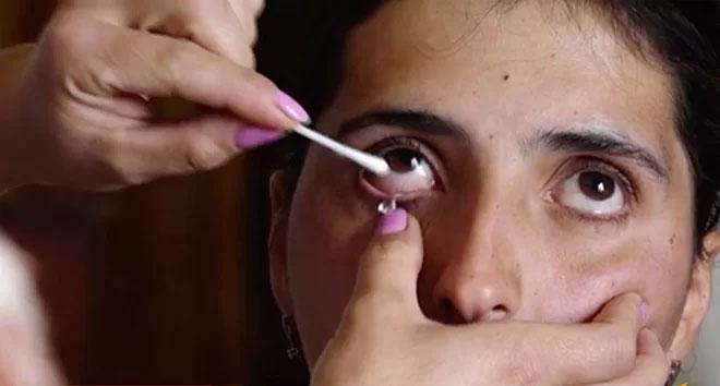 Hạt pha lê nhỏ ra từ mắt cô gái.