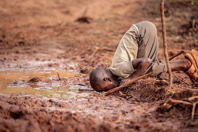 Cậu bé phải tiếp cận các nguồn nước ô nhiễm để thỏa cơn khát.