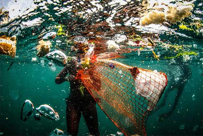 Rác thải tràn ngập dưới mặt nước ở bờ biển thành phố Istanbul, Thổ Nhĩ Kỳ.