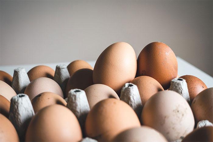 Trứng có nhiều protein, vitamin E giúp chống oxy hóa, giúp ngăn ngừa tổn thương tế bào