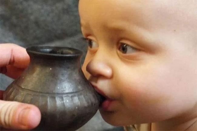Bình sữa thời tiền sử đủ nhỏ để trẻ cầm và bú.