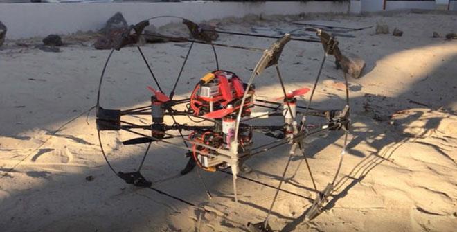 Robot này trông như một chiếc drone lắp trong một bánh xe giống loại dành cho chuột hamster.
