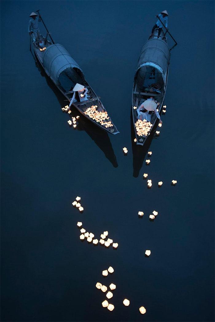 Thả hoa đăng trên sông Hương ở Huế trong một ngày hội.