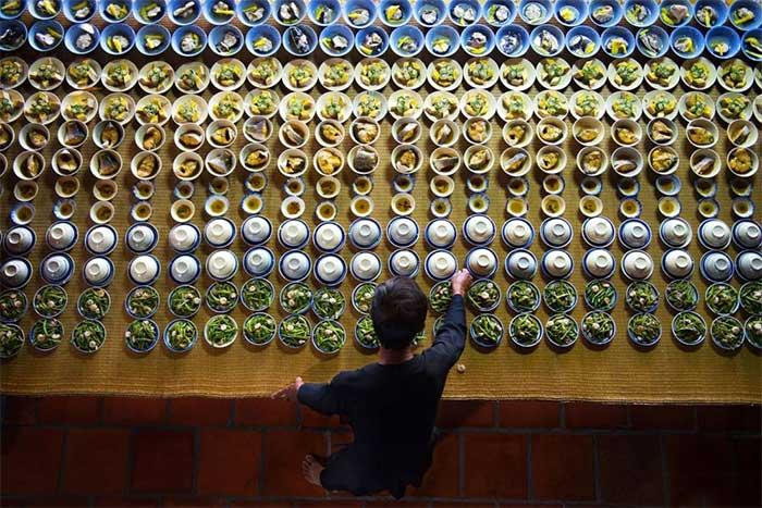 Những chén thức ăn được sắp xếp để chuẩn bị cho một nghi thức theo truyền thống địa phương ở Vũng Tàu.