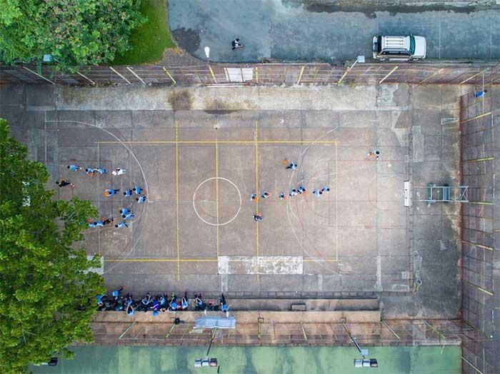 Giờ thể thao ở một sân bóng rổ tại Đại học Công nghệ Thành phố Hồ Chí Minh.