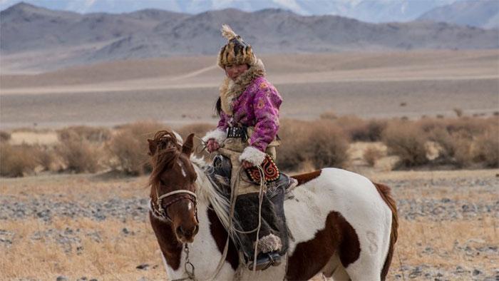 Phụ nữ Mông Cổ cưỡi ngựa từ khi còn rất nhỏ, xe ngựa là đặc quyền của phụ nữ