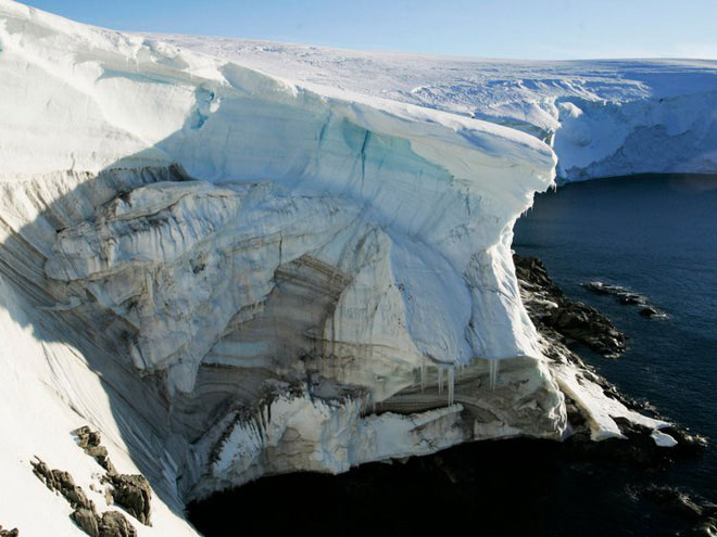 Băng đang tan chảy ở một vách đá ở Landsend, trên bờ Cape Denison ở Nam Cực, ngày 2/1/2010.