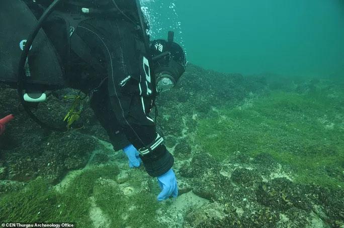 Các thợ lặn đang tiếp cận khu vực phát hiện ra vòng đá khổng lồ thời đồ đá