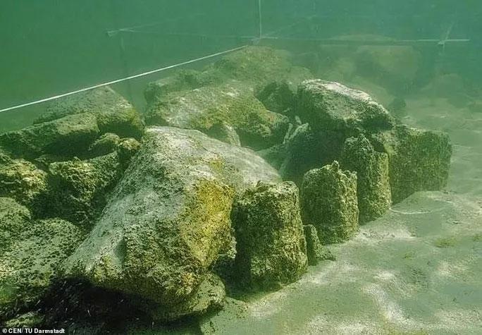 Một phần của cấu trúc thời đồ đá đã lộ diện khi trầm tích bị lấy bớt