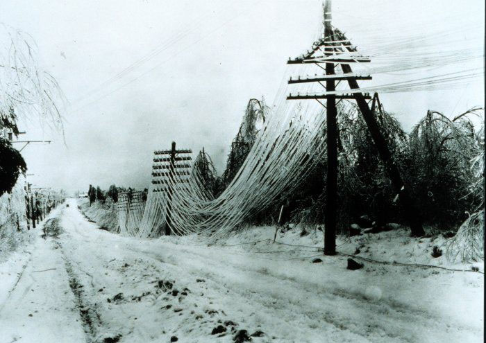 Tác động của băng và tuyết trên các cột điện thoại.