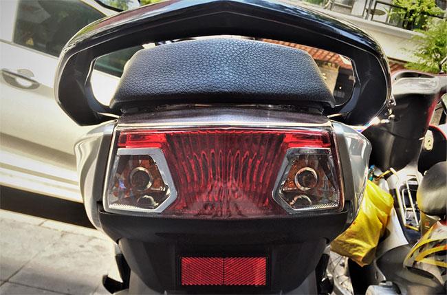 Đèn báo rẽ nằm trong cùng chóa đèn với đèn hậu thường có màu vàng hổ phách để tránh nhầm lẫn với đèn hậu.