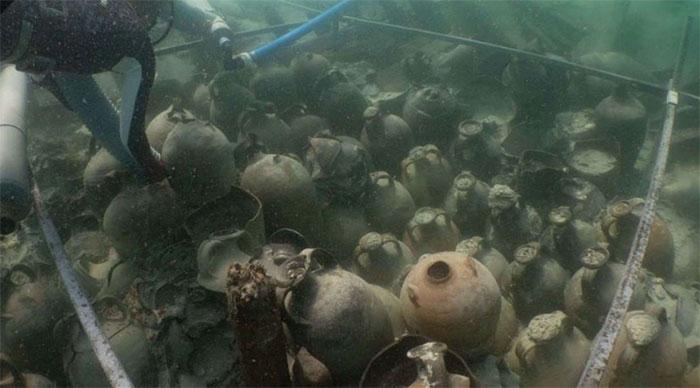Hàng loạt bình cổ được tìm thấy trong xác con tàu đắm 1.800 tuổi.
