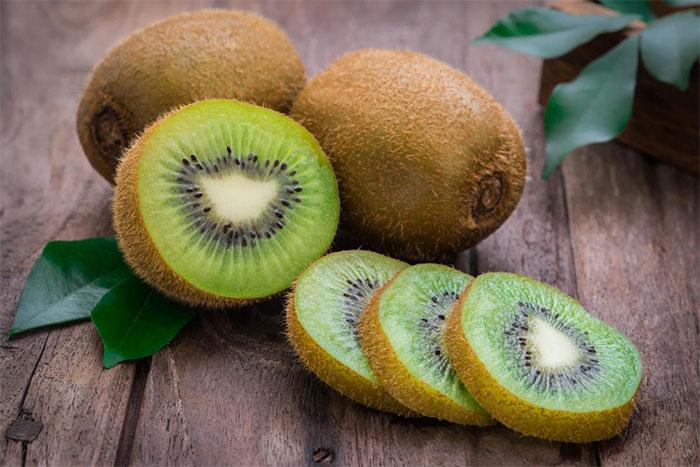 Quả kiwi chứa nhiều vitamin tốt cho hệ miễn dịch.