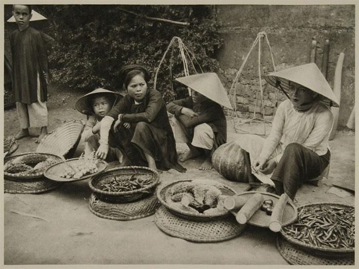 Những người phụ nữ bán nông sản ven đường ở Huế năm 1926.