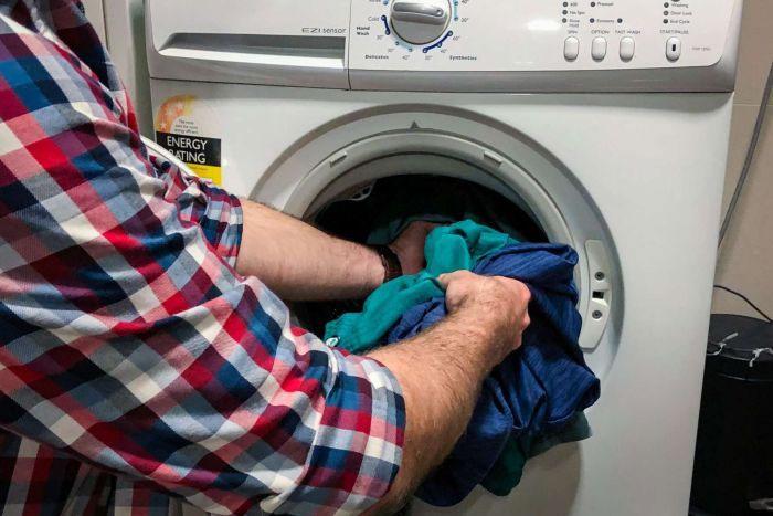 Nhiều hạt vi nhựa bị phát tán khi giặt quần áo từ vải tổng hợp.