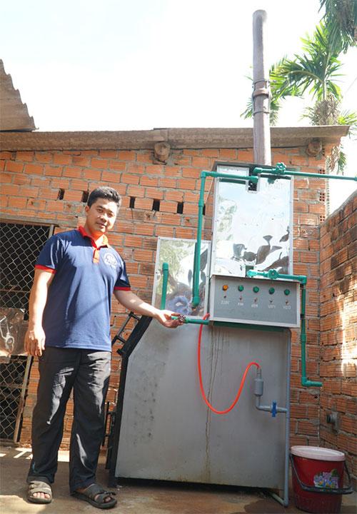 Kỹ sư Nguyễn Nở và chiếc máy xử lý rác.