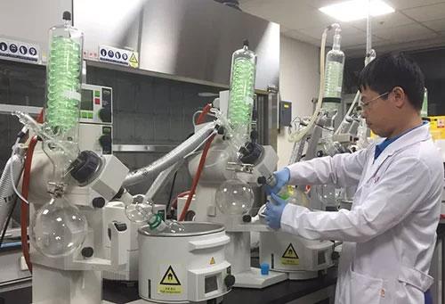 PGS. TS Phương Thiện Thương, Trưởng phòng Công nghệ sinh học tại Phòng thí nghiệm ở Hàn Quốc.