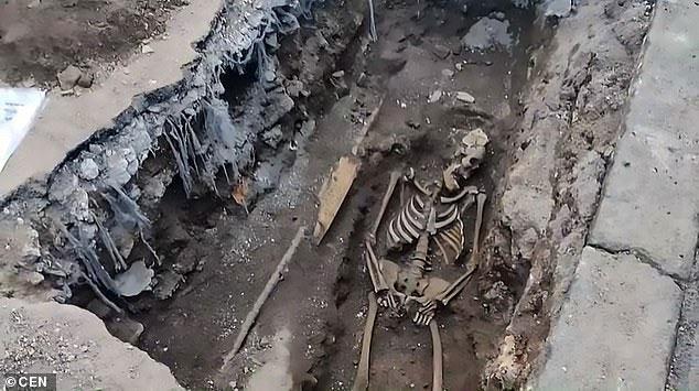 Một trong ba bộ xương được tìm thấy ở Rome.
