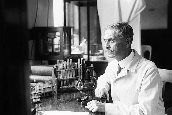 Karl Landsteiner dùng máu của chính mình để thí nghiệm.