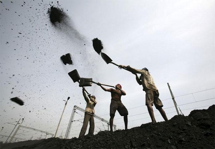 Công nhân làm việc tại một cơ sở khai thác than tại Ấn Độ.