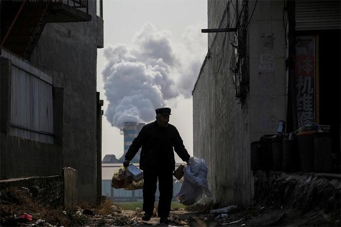 Một người đàn ông đang đi thu gom rác thải